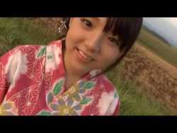 篠崎愛 赤い浴衣の美少女が花火をして部屋で浴衣を脱いで白ビキニに