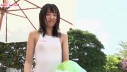 保田真愛 白い競泳水着でストレッチしてからプールで遊ぶ