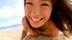 橋本梨菜 小さめビキニでビーチでおっぱいを砂や浮具に押し付けてアピールしてくる
