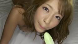橋本梨菜 エロいランジェリー姿で夜のベッドでアイスをいやらしくしゃぶる
