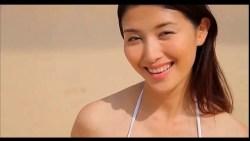 橋本マナミ 白ビキニの美女がビーチで走り回ったり色っぽくくつろいだり