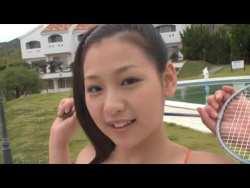 佐山彩香 ビキニ姿で美少女がバドミントンしたり動き回ってエロい身体揺らしまくる