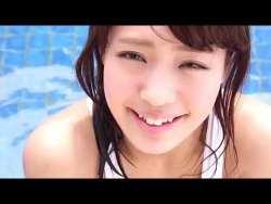 橋本梨菜 健康的な美女が白い競泳水着で身体濡らしながらエロい身体をプールサイドで見せる