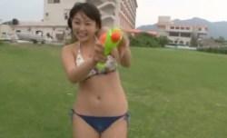 篠崎愛 巨乳の美少女と水鉄砲をかけあって遊ぶ