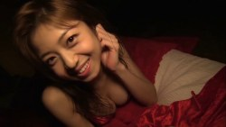 中村静香 赤いランジェリーで色っぽく夜のベッドでくつろぐ