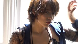 小瀬田麻由 ランジェリー姿でカメラ前で色っぽくポーズをとる美女