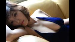岸明日香 ノーブラドレス姿で色気たっぷり見せながら誘惑