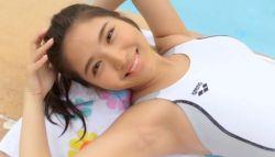 水咲優美 白いハイレグ競泳水着でエロキュートな身体と笑顔を見せる