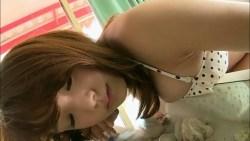 篠崎愛 ベッドで無邪気な笑顔見せながらビキニ姿で色っぽくポーズ