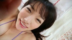 今野杏南 紫のビキニでキュートな笑顔見せながらベッドでいちゃつく