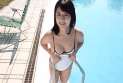 徳江かな プールで白レオタード姿のエロボディ見せながらくつろぐ