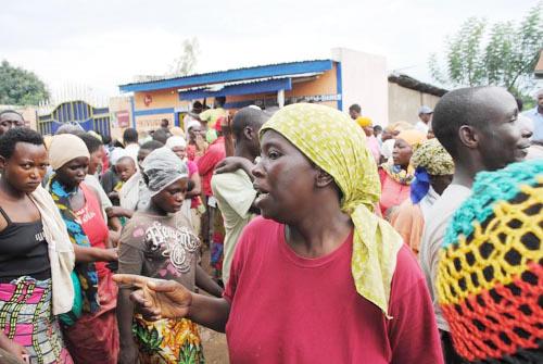 Colère sur le site de Buterere. Des sinistrés dénonçant l'opacité autour de la distribution de vivres ©Iwacu