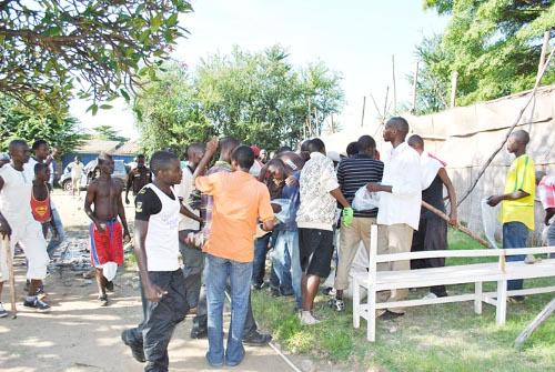 Distribution des sachets peu de temps avant l'assaut ©Iwacu