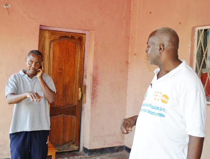 Mbonimpa Claver en train de négocier auprès d'Alexis Sinduhije la libération de deux policiers ©Iwacu
