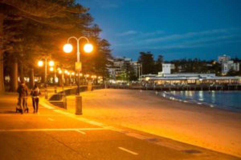 Vue sur le port de Manly à la tombée de la nuit.