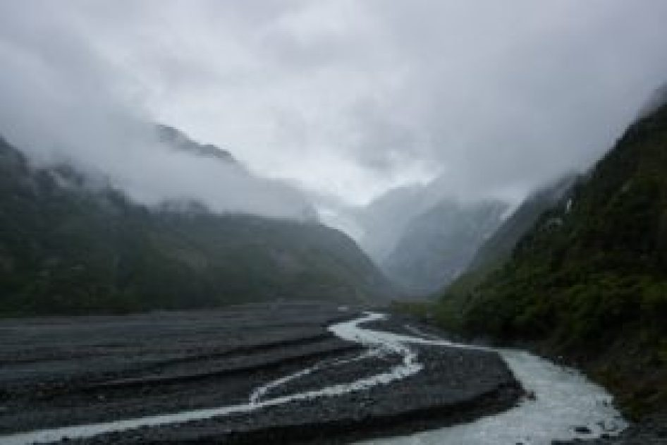 Le lit de la rivière au milieu des moraines.