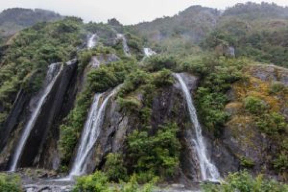 Les cascades au début des moraines.