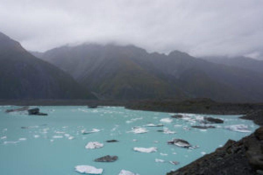 Le mélange des eaux et des roches effritées du glacier donne au lac Tasman cette couleur distinctive.