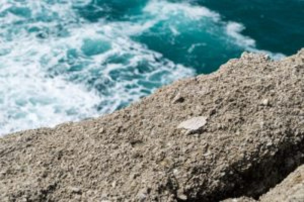 Il faudra encore de longues années avant que cette roche ne soit lisse.