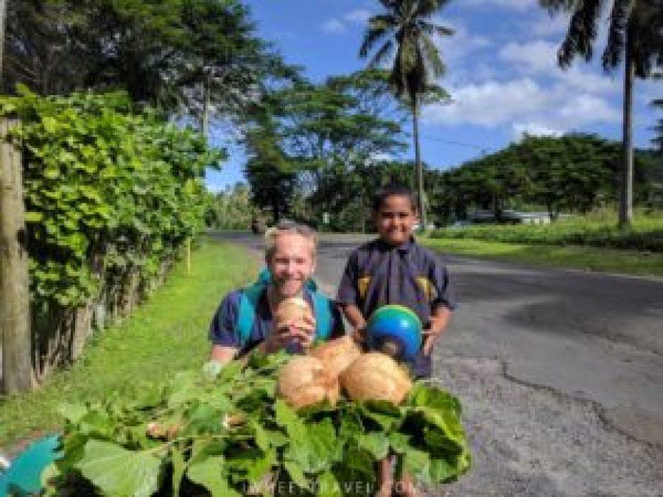 Franck avec notre première noix de coco et le garçon à qui nous l'avons achetée au bord de la route.
