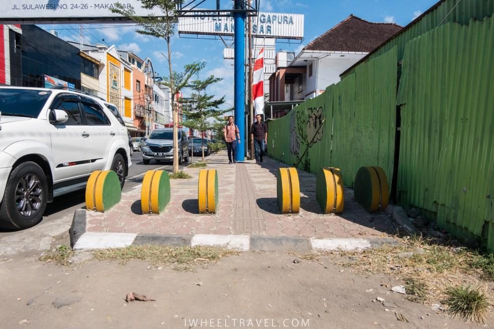 Début d'une portion de trottoir refaite récemment.