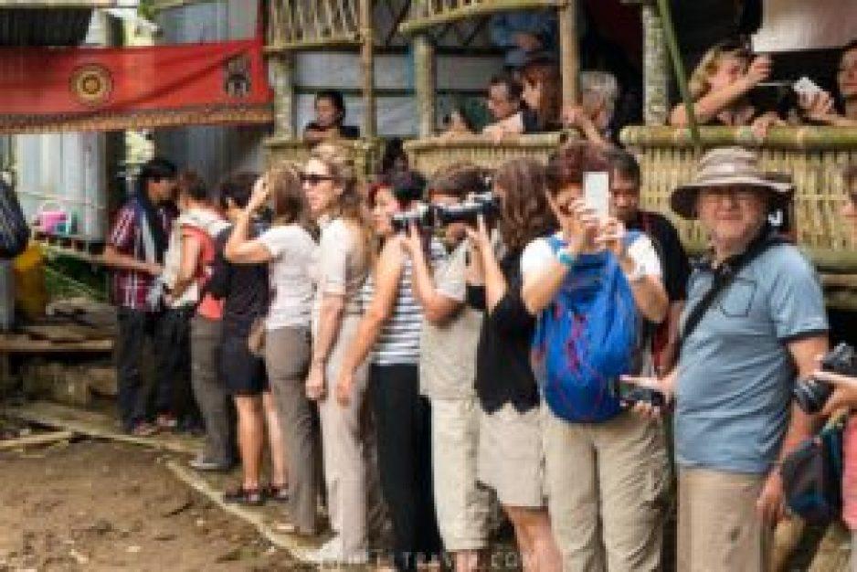 touristes sulawesi toraja cérémonie funéraires