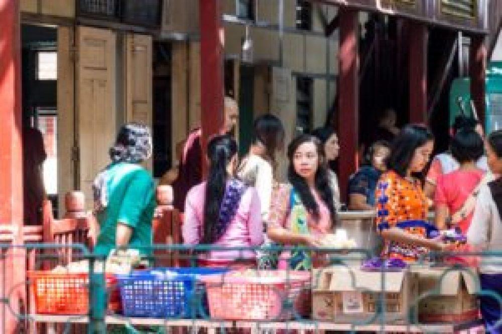 Des femmes venues offrir des repas directement au monastère.