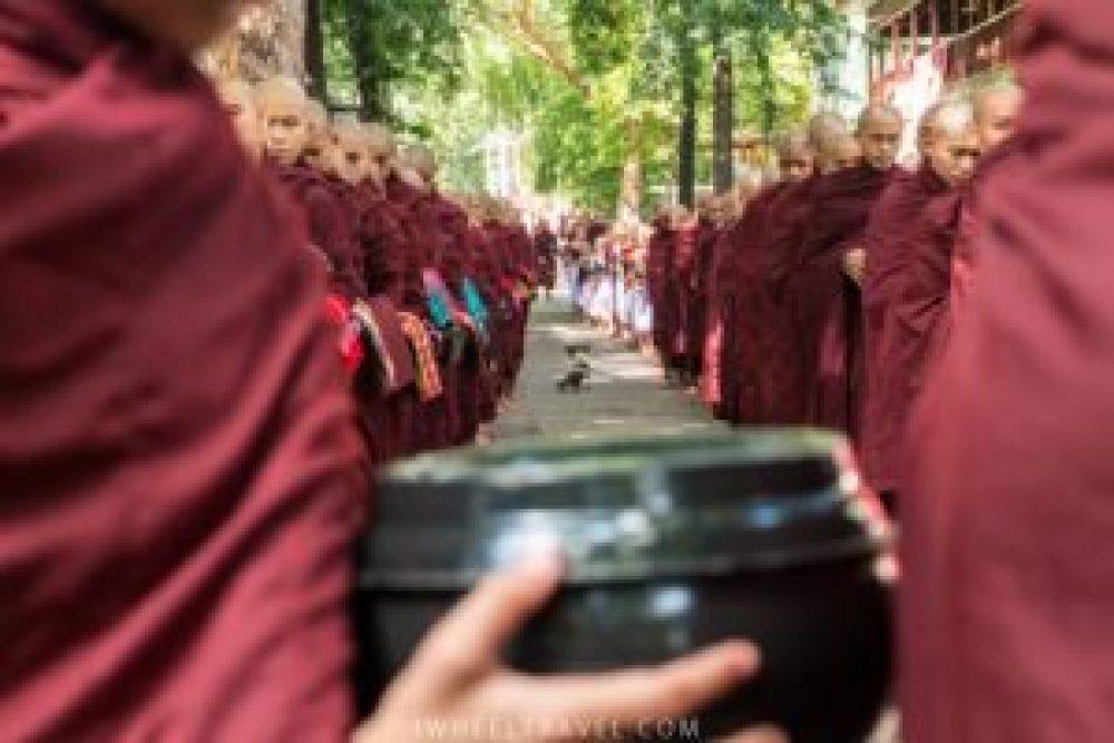 Il est 11h55, les premiers moines se tiennent prêts.