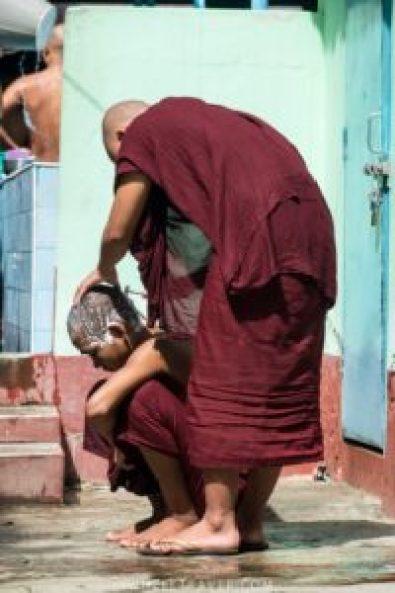 Une fois par semaine, les moines se rasent la tête.