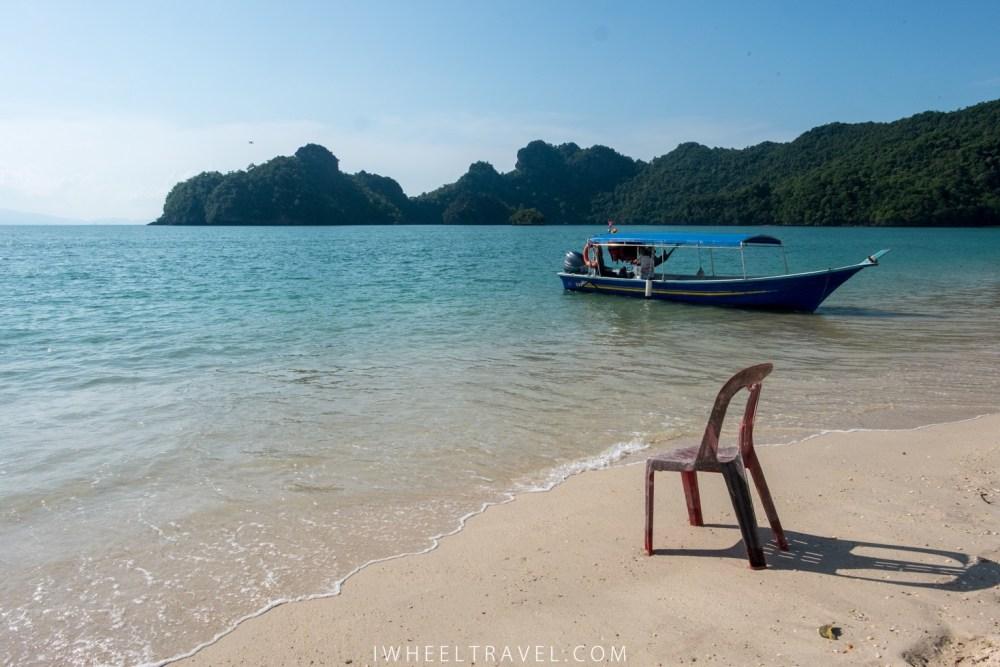 Le calme d'une plage au nord de l'Île de Langkawi.