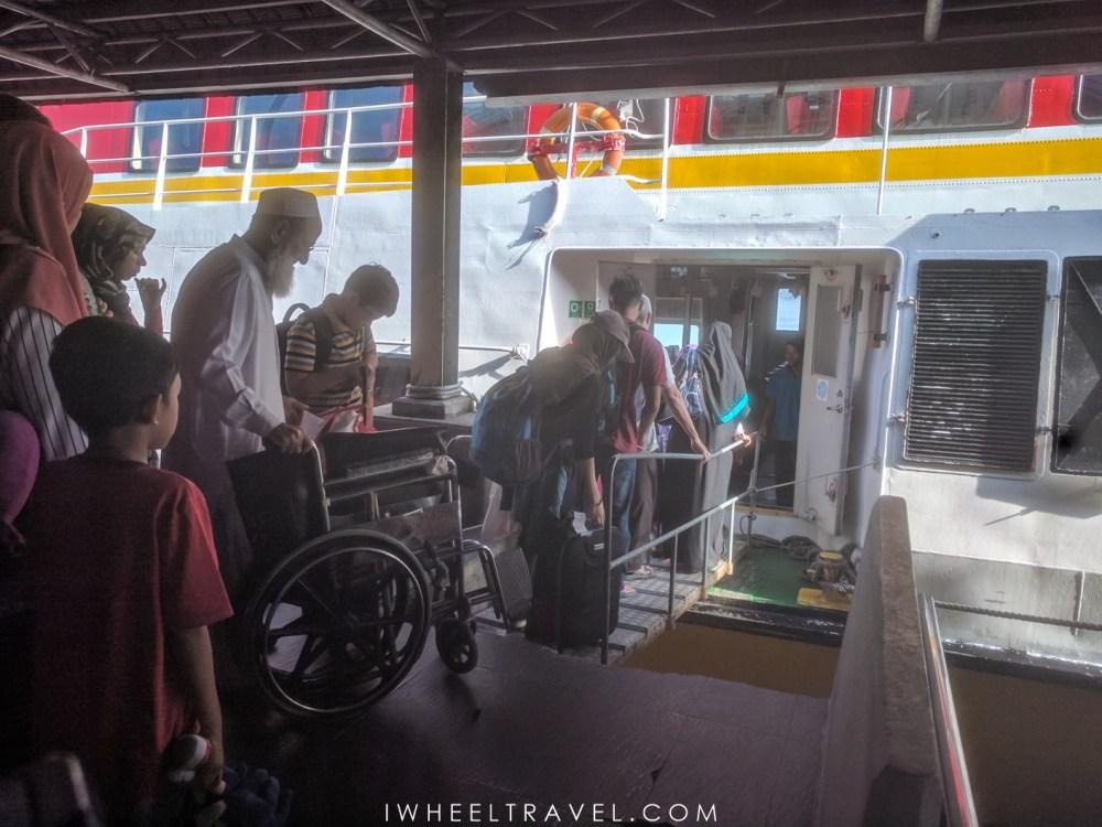 Un fauteuil ne passe pas sur la passerelle et il y a une marche à l'entrée du bateau.