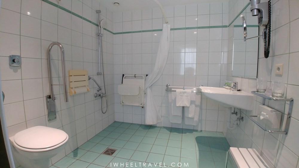 Salle de bain PMR au NH Gent Belfort.