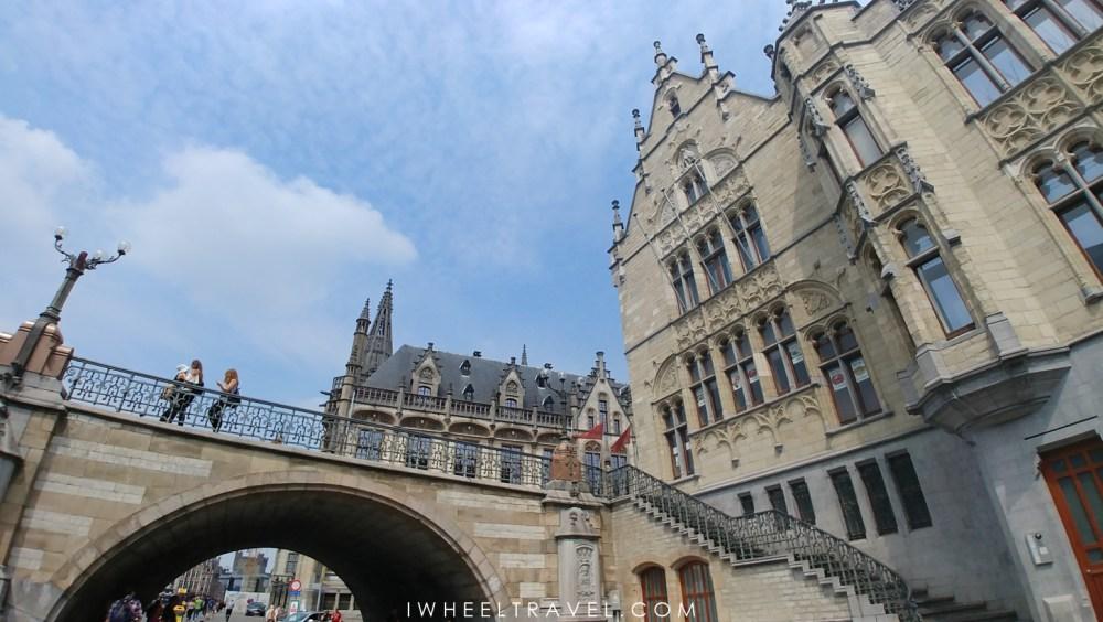 Au pied du pont Sint-Michielsbrug à Gand.