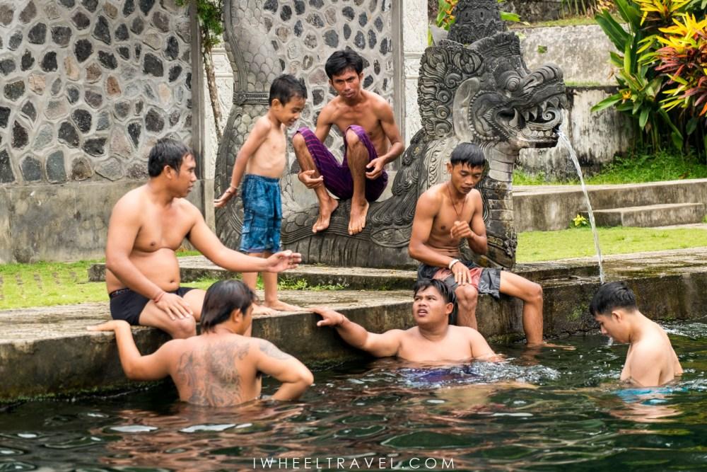 C'est l'heure de la baignade à Tirta Gangga.