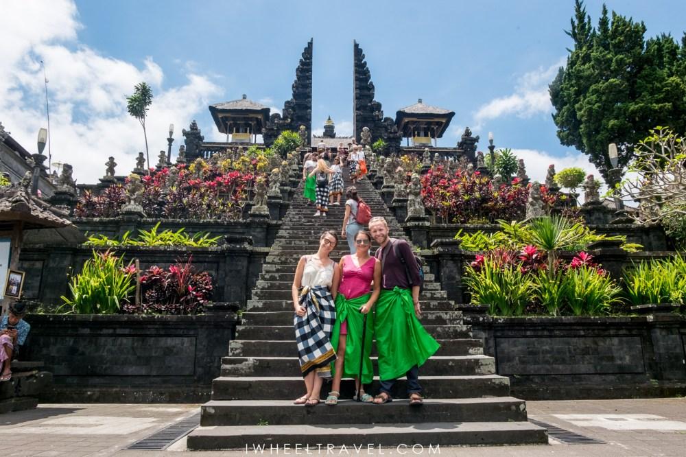 Au pied du temple Besakih à Bali avec Franck et ma sœur.