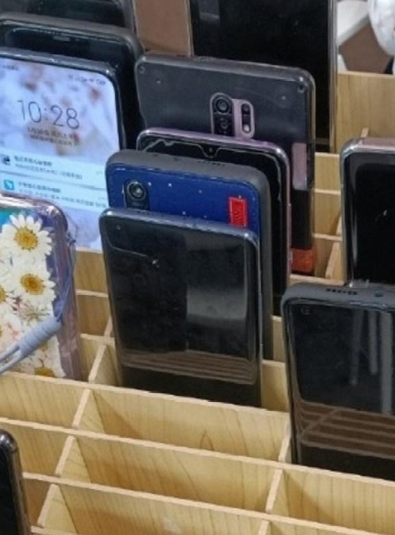 Топ-менеджер Xiaomi показал огромный загадочный смартфон. Это может оказаться дешёвый Redmi 9 без поддержки 5G