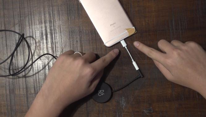 Переходник, позволяющий подключать наушники со штекером 3,5 мм к разъему Lightning, запечатлен в новом видео