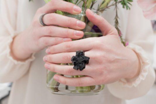 big black minimal ring in resin and silver. Schmuck design online shop Wien Vienna, Izabella Petrut