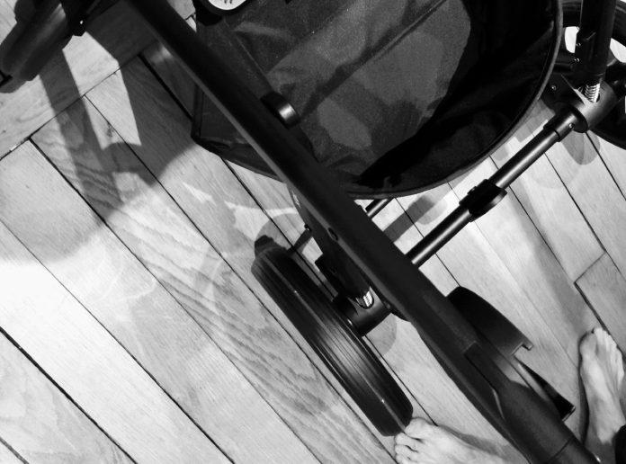 Plier la poussette en 2 secondes - Crédit photo izart.fr