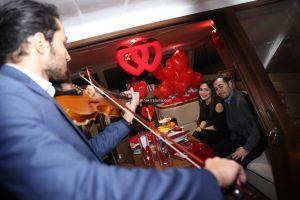 Mutluluk Teknesi Evlenme teklifi Organizasyonu Ruken Mehmet 7 300x200 - Mutluluk Teknesi'nde Kemanlı Evlilik Teklifi Organizasyonu
