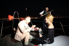 palyaco servisi ve havai fisek esliginde yatta evlilik teklifi organizasyonu izmir tekne kiralama 23 - Haftalık Tekne Kiralama