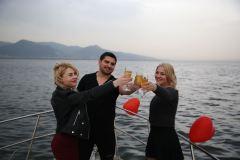 teknede surpriz dogum gunu organizasyonu izmir tekne kiralama 3 - Haftalık Tekne Kiralama