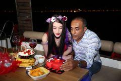 izmir tekne kiralama 6 - Hıdırellez'de Teknede Havai Fişek ile Evlenme Teklifi Organizasyonu