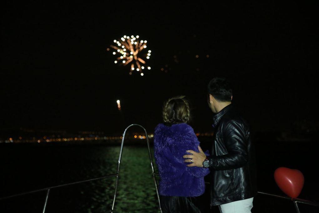 havai fisek esliginde teknede evlenme teklifi organizasyonu izmir tekne kiralama 6 - Havai Fişek Eşliğinde Teknede Evlenme Teklifi Organizasyonu