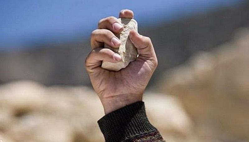 Asesino con la piedra en mano