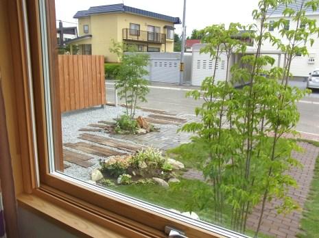 住宅の中から見た景色です。樹木がとてもきれいです