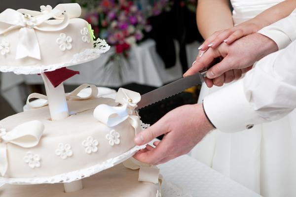 Das Anschneiden der Hochzeitstorte  Tipps von Experten auf Jade
