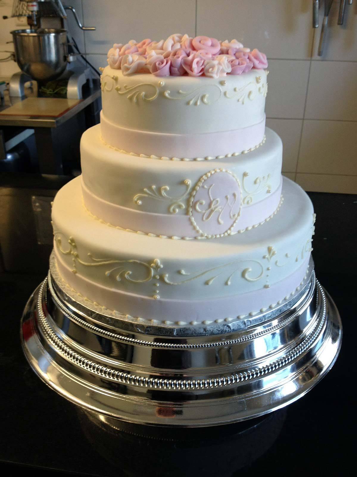 HochzeitsTorte Weie Torte mit Rosendeko auf Jade