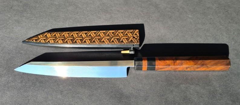 Handmade Sashimi mes van koolstofstaal. Het handvat is gemaakt van gewolkt esdoorn in combinatie met ebben hout.