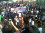 Ratusan-Penumpang-KRL-Ekonomi-Blokir-Stasiun-Kota-Bekasi